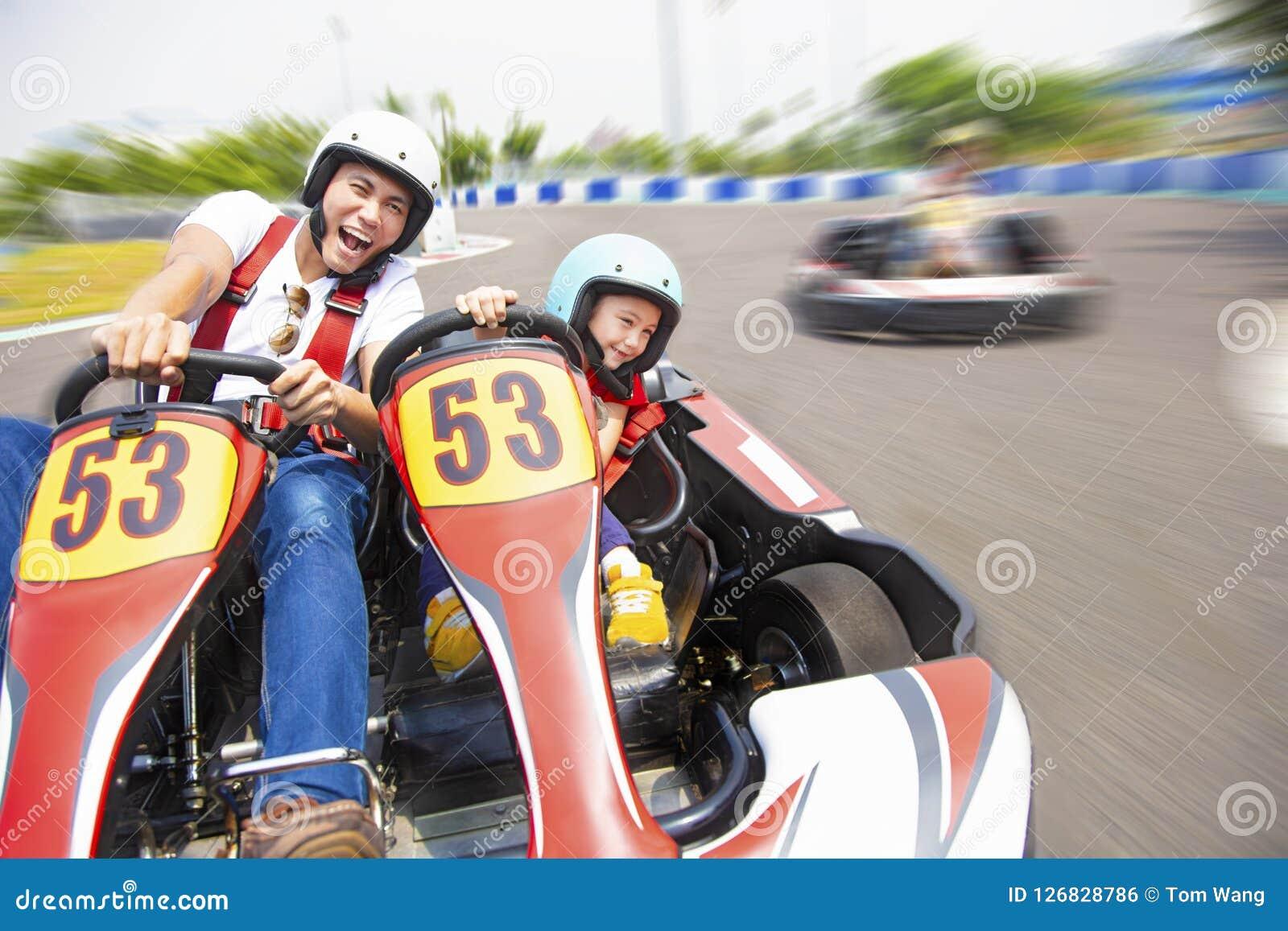 L entraînement de père et de fille vont kart sur la voie