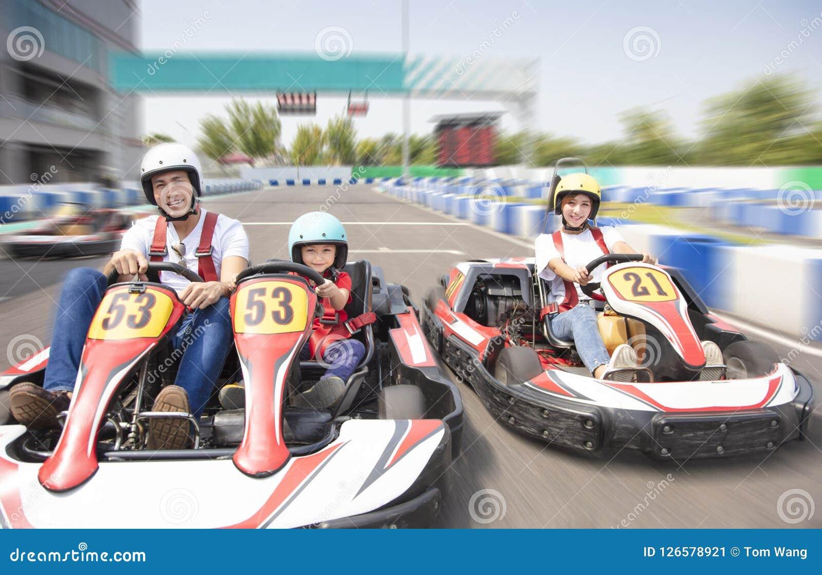 L entraînement heureux de famille vont kart sur la voie
