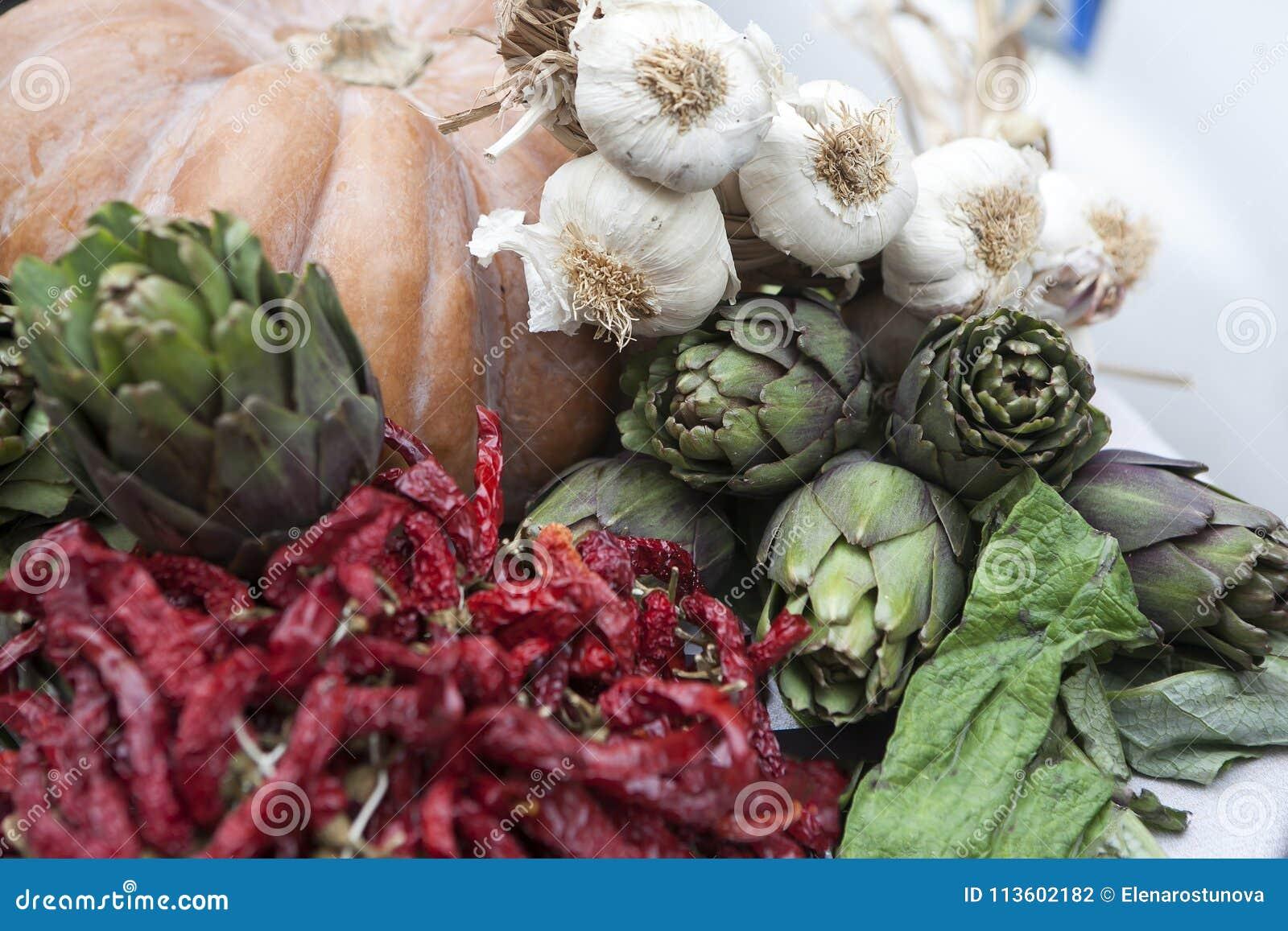 L entrata al ristorante è decorata con una zucca con i carciofi, l aglio ed i peperoni secchi
