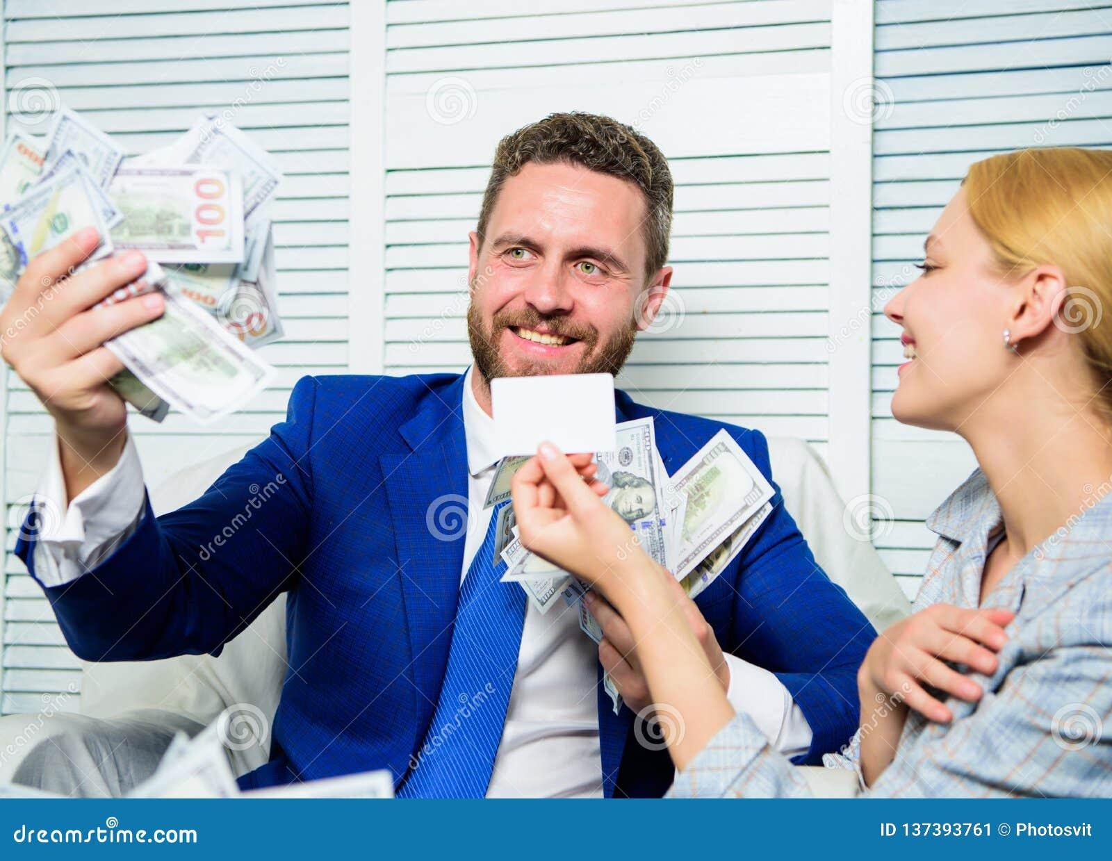 L entrepreneur d homme reposent la pile de bureau de l argent Carte en plastique d offre auxiliaire de banque Créez le compte ban