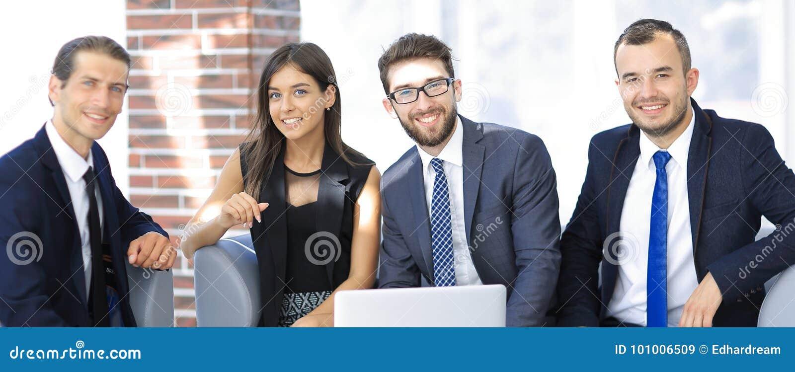 L entrepreneur et les affaires team, se reposant sur le sofa dans le lobby de bureau