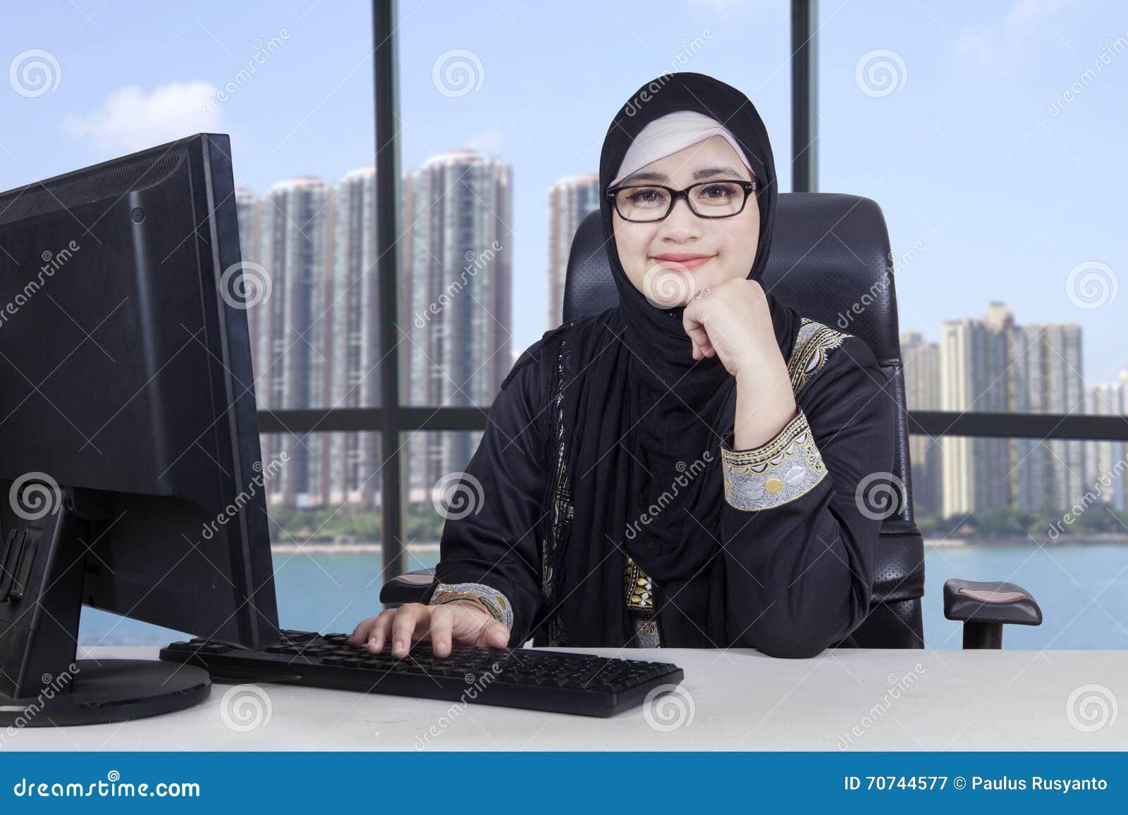 L entrepreneur féminin arabe travaille dans le bureau image stock
