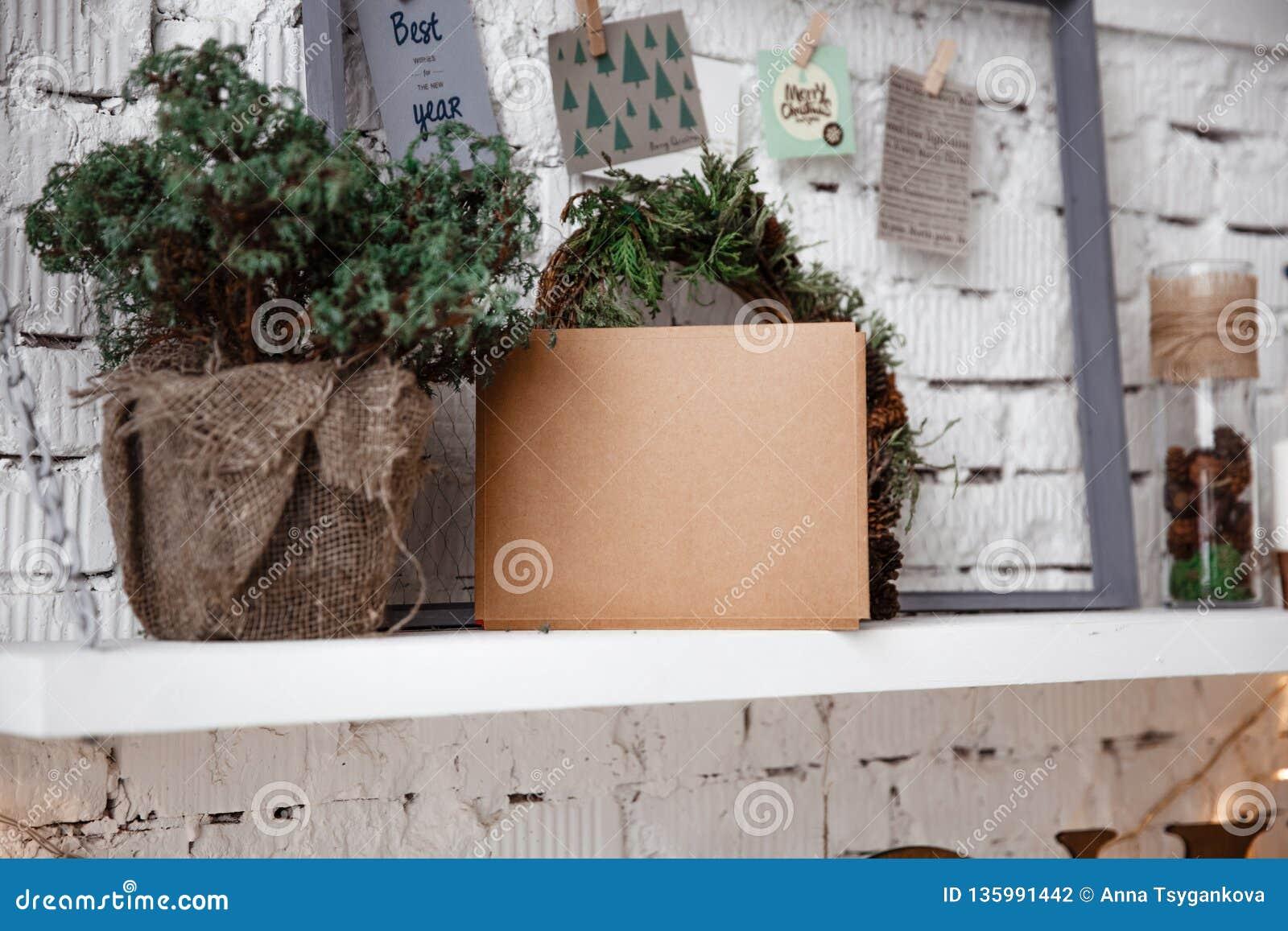 L enveloppe de Papier d emballage se trouve sur l étagère blanche