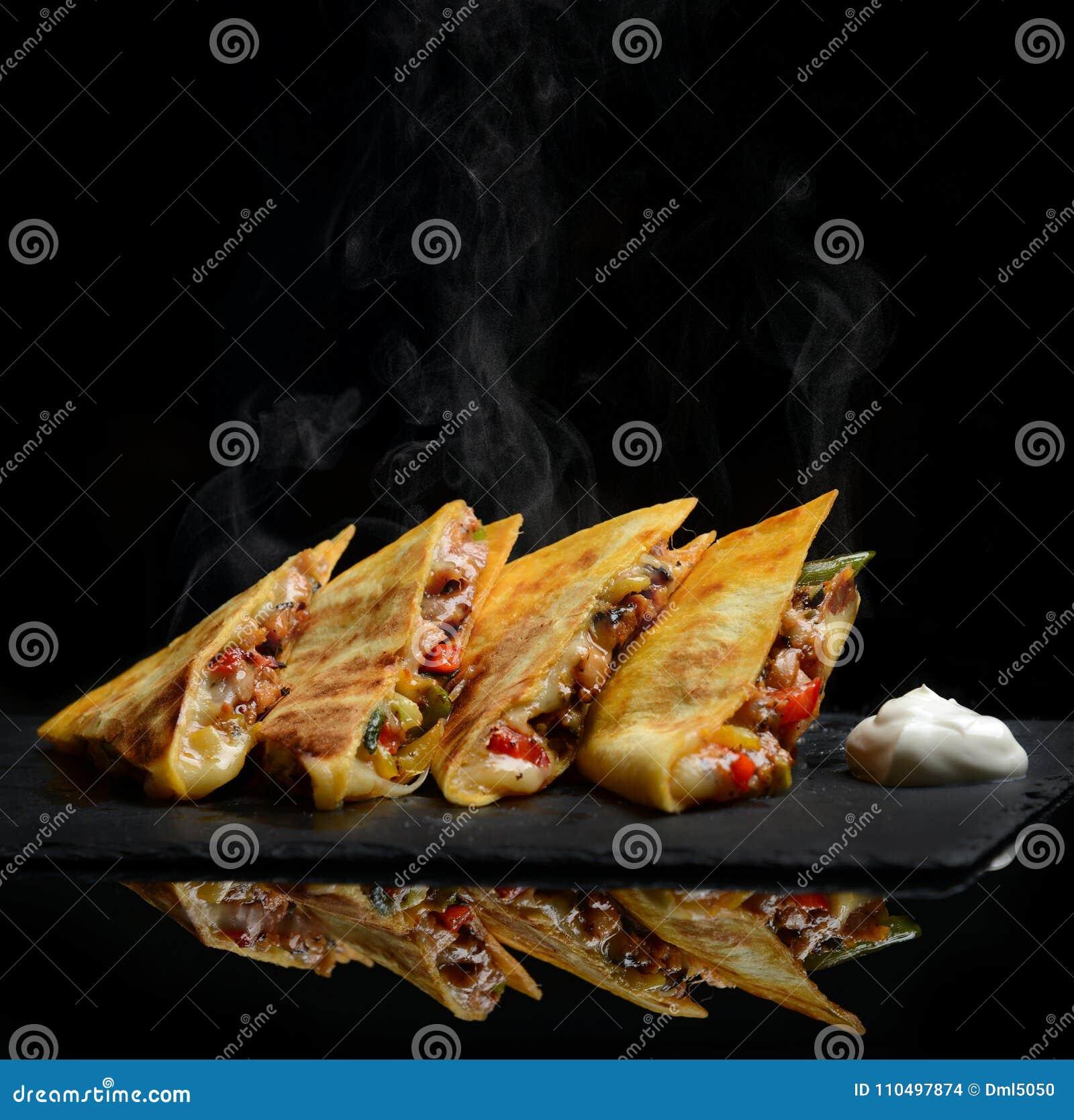 L enveloppe mexicaine de Quesadilla avec la crème sure de poivron doux de poulet et le Salsa chaud avec la vapeur fument