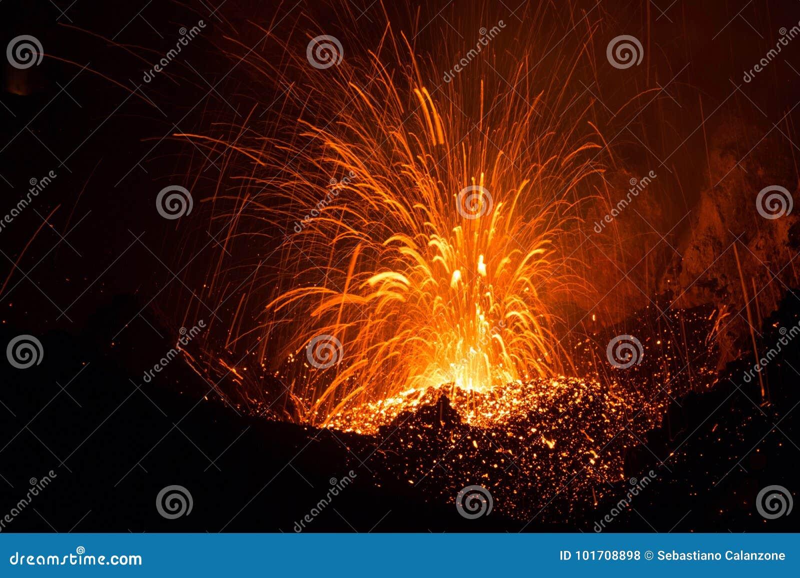L eruzione di Strombolian dal vulcano di Stromboli con lava trascina l esplosione