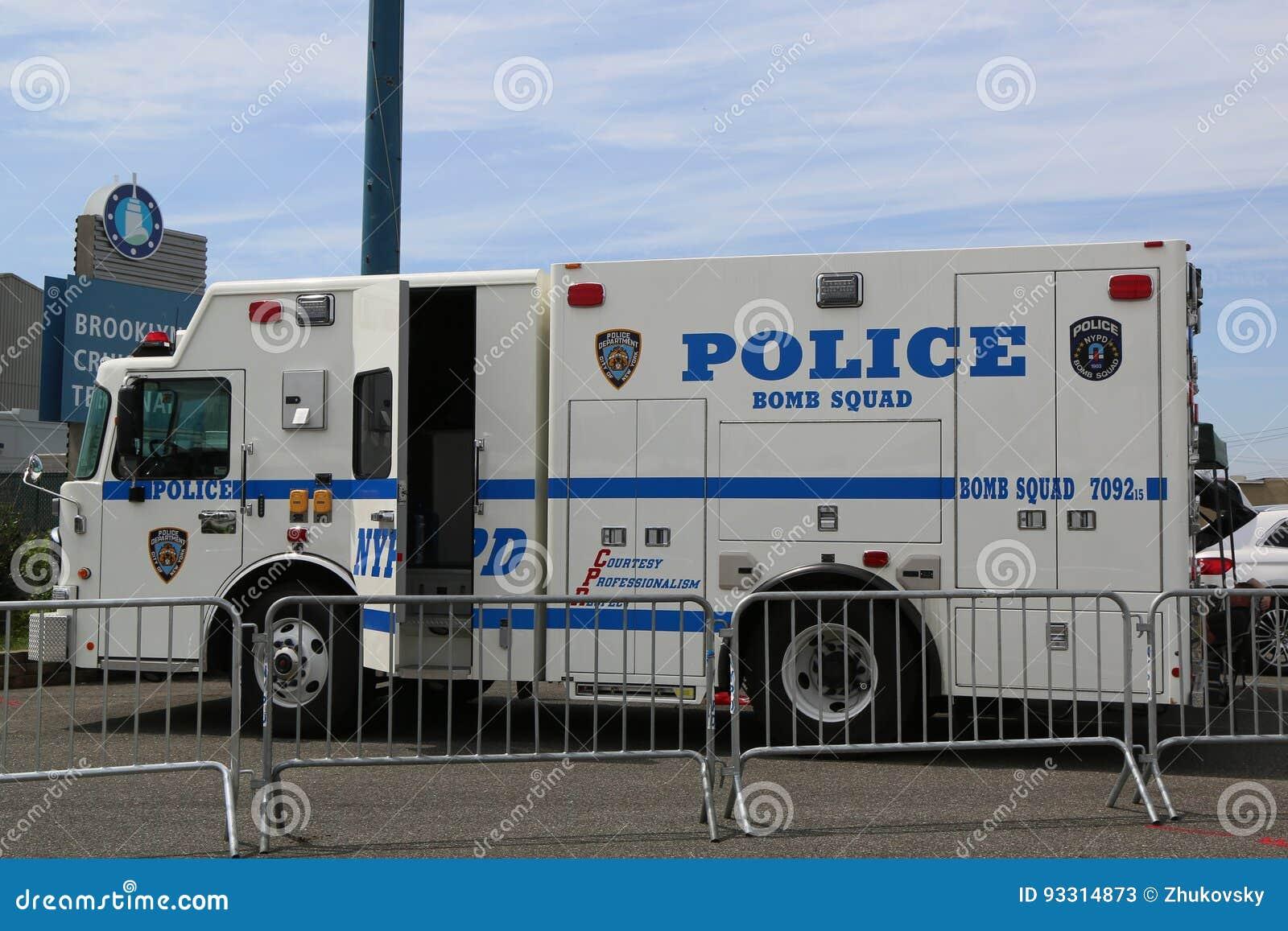 L escadron de la mort de NYPD fournit la sécurité sur le terminal de croisière de Brooklyn pendant la semaine 2017 de flotte à Ne
