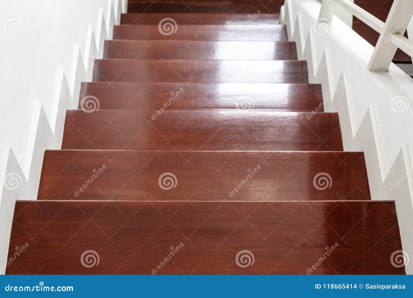 L Escalier De Bois Dur Fait Un Pas Materiel D Escaliers Et Conception Interieurs De Maison Photo Stock Image Du Escaliers Escalier 118665414
