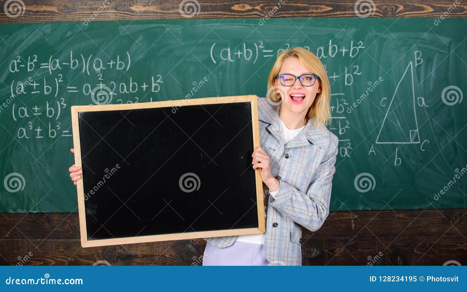 L espace de copie de publicité de blanc de tableau noir de prise de femme de professeur L information d école pour les étudiants