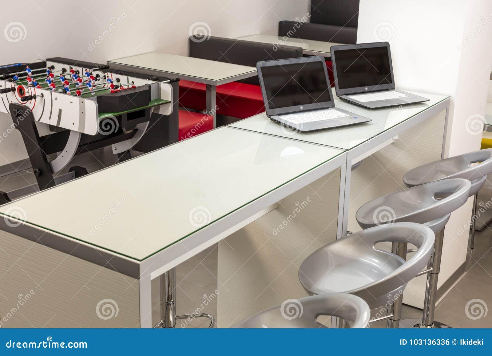 L espace moderne de salon dans une école ou un bureau photo stock