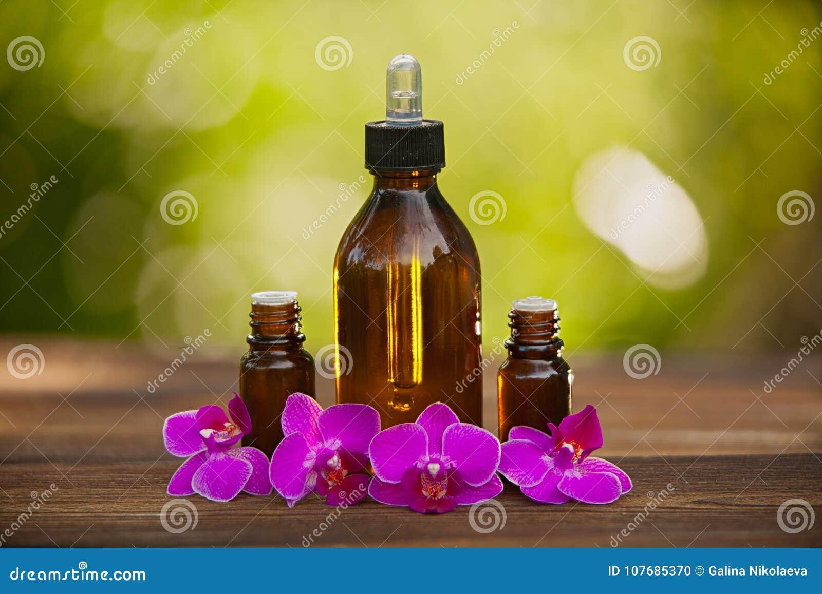 L essence de l orchidée fleurit sur la table dans le beau pot en verre