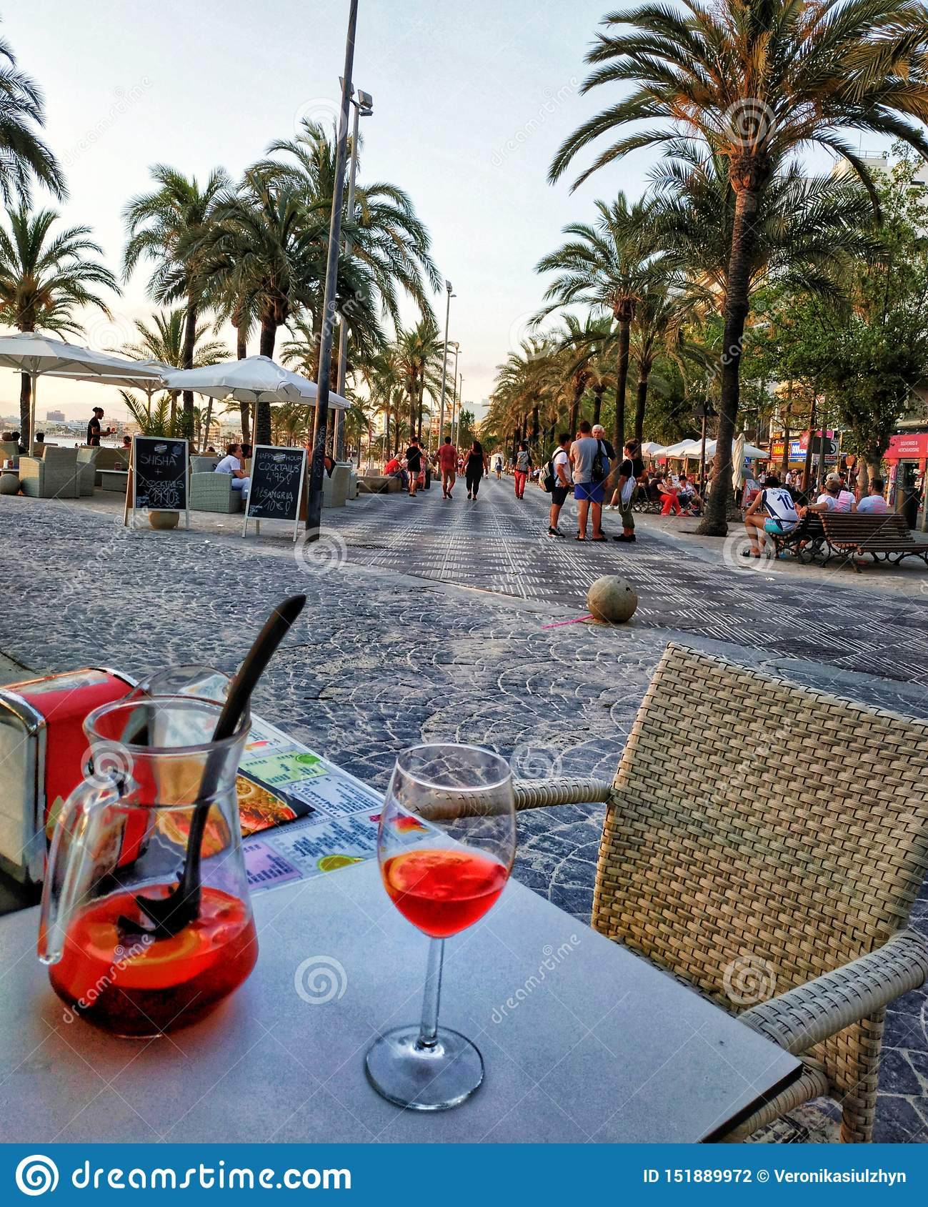 L estate di palmtree delle bevande si rilassa il viaggio di vacanza di paradiso
