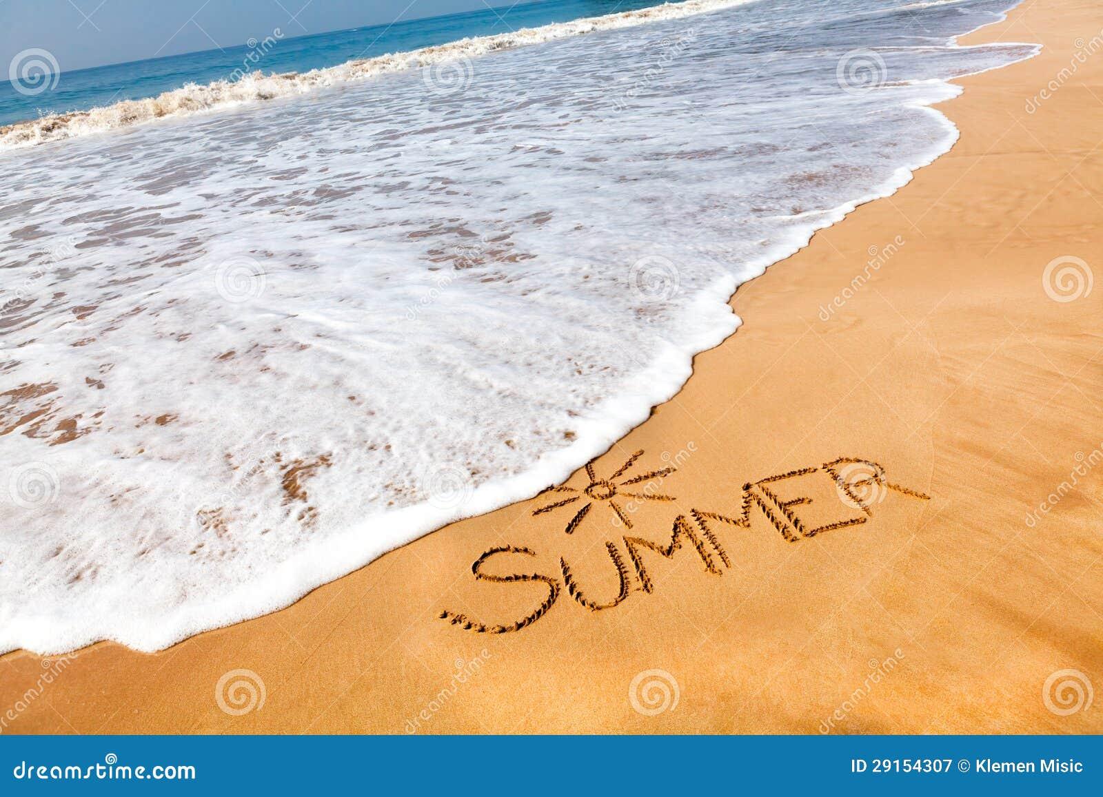 L 39 estate di parola scritta nella sabbia su una spiaggia for Disegno della casa sulla spiaggia