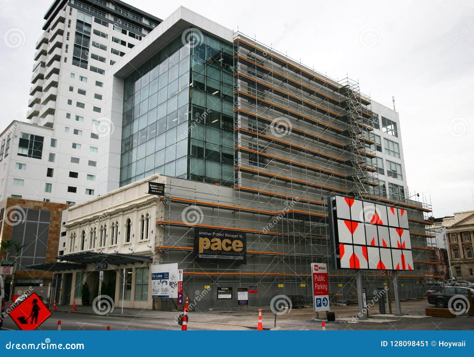 L estensione a più piani architettonica moderna della torre dell ufficio ha aggiunto alla vecchia costruzione storica attuale di