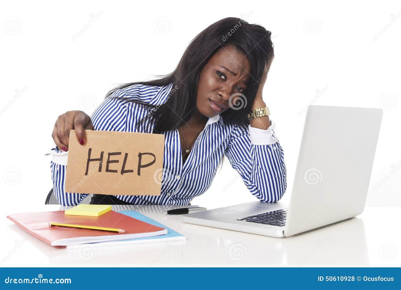 L etnia americana dell africano nero ha frustrato la donna che lavora nello sforzo all ufficio