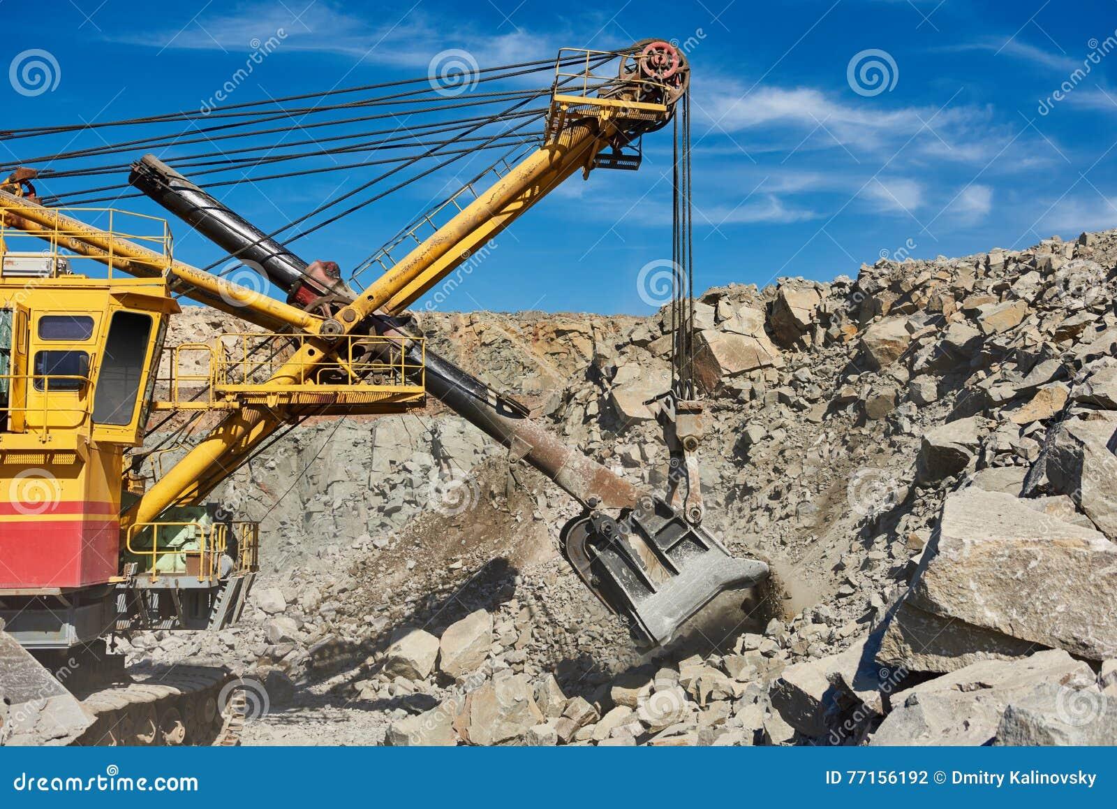 L excavatrice fonctionne avec le granit ou le minerai à l extraction à ciel ouvert