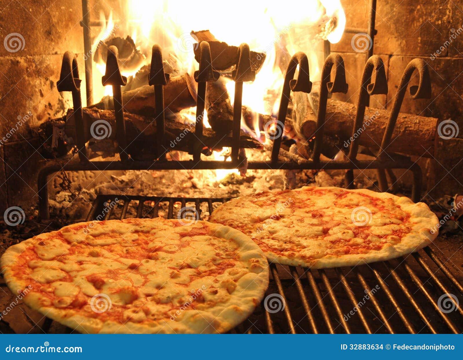 l 39 excellente pizza parfum e a fait cuire au four dans une chemin e en bois 1 photo stock image. Black Bedroom Furniture Sets. Home Design Ideas