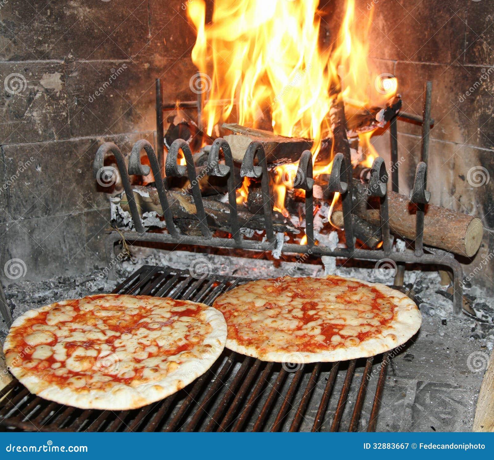 l 39 excellente pizza parfum e a fait cuire au four dans une chemin e en bois avec du bois b. Black Bedroom Furniture Sets. Home Design Ideas