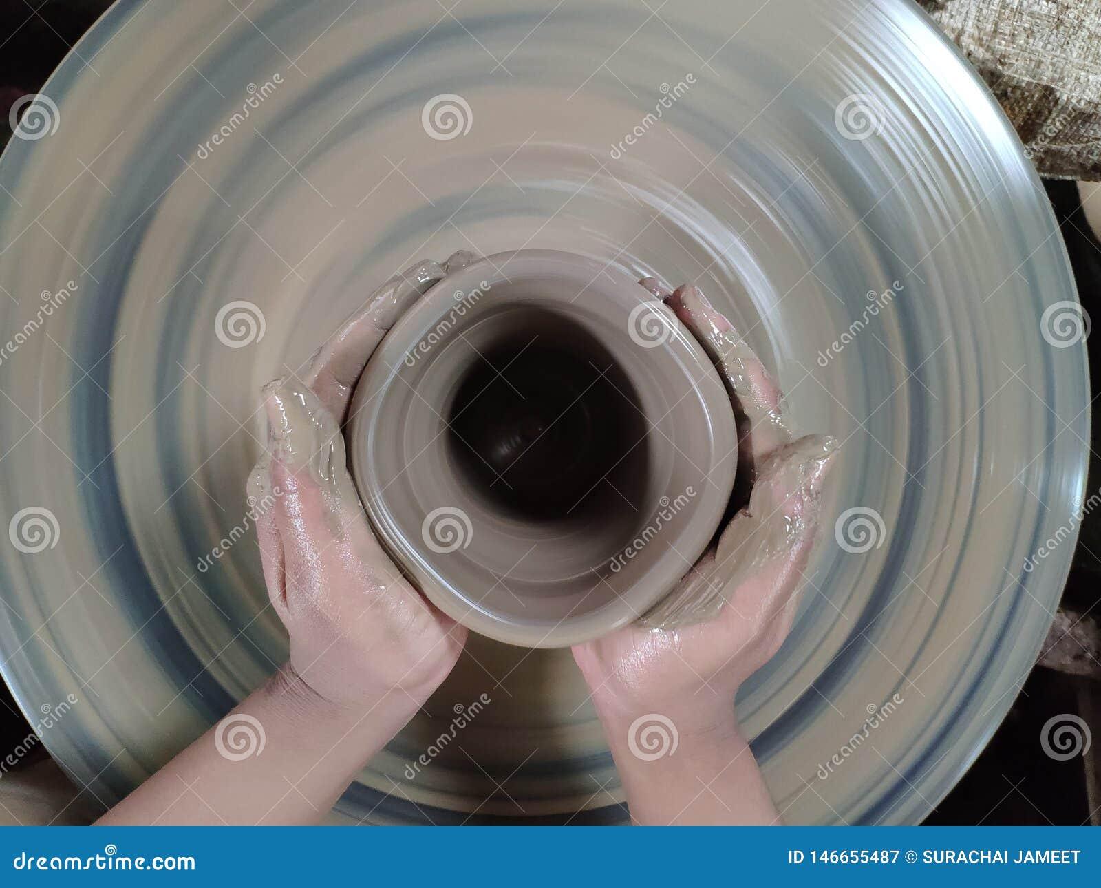 L expert sculpte l argile dans la forme désirée Est un du processus de faire la poterie