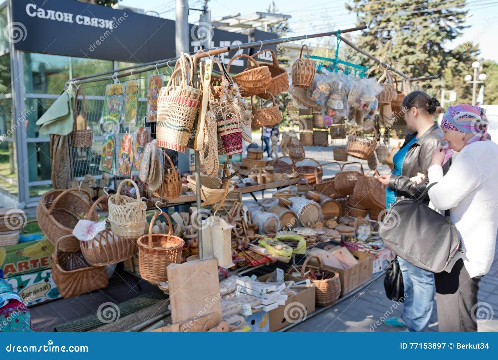 L exposition et la vente des produits en bois handcrafted dans les rues