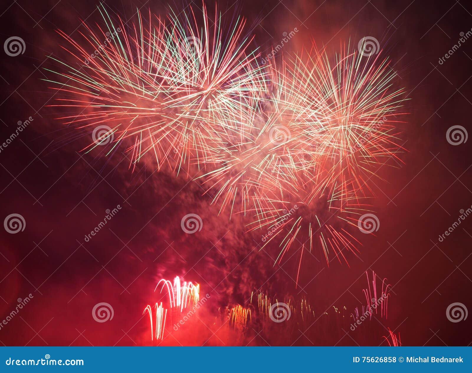 L exposition spectaculaire de feux d artifice allument le ciel Célébration d an neuf