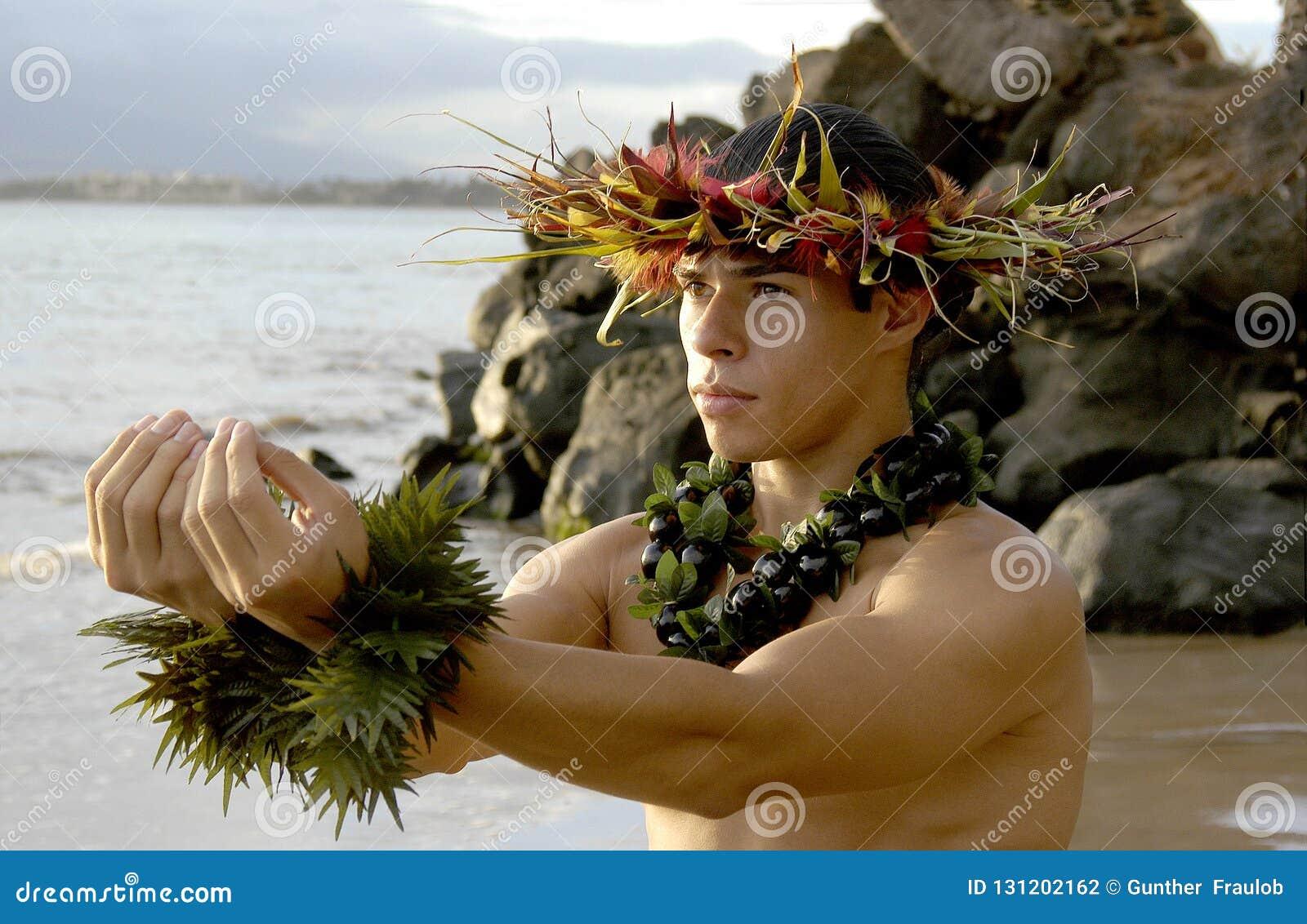 L expression dramatique du danseur masculin de danse polynésienne