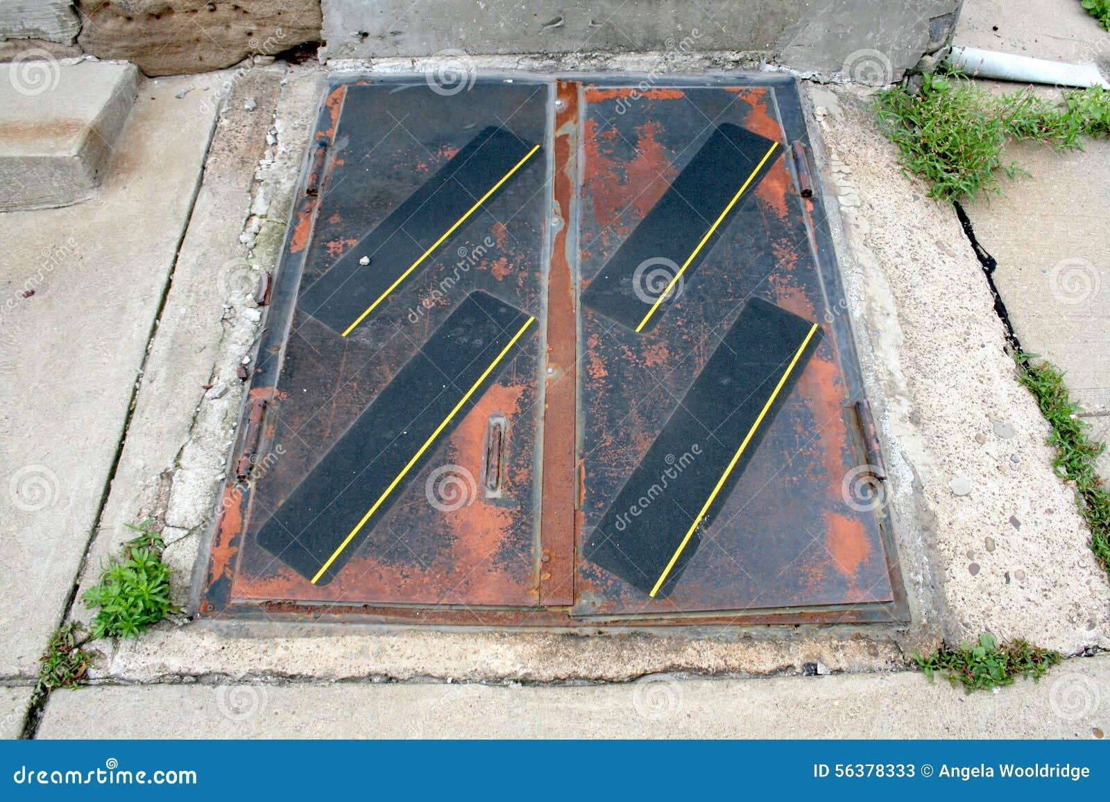 l 39 ext rieur ext rieur s 39 est rouill des portes aux escaliers au plancher de sous sol photo stock. Black Bedroom Furniture Sets. Home Design Ideas