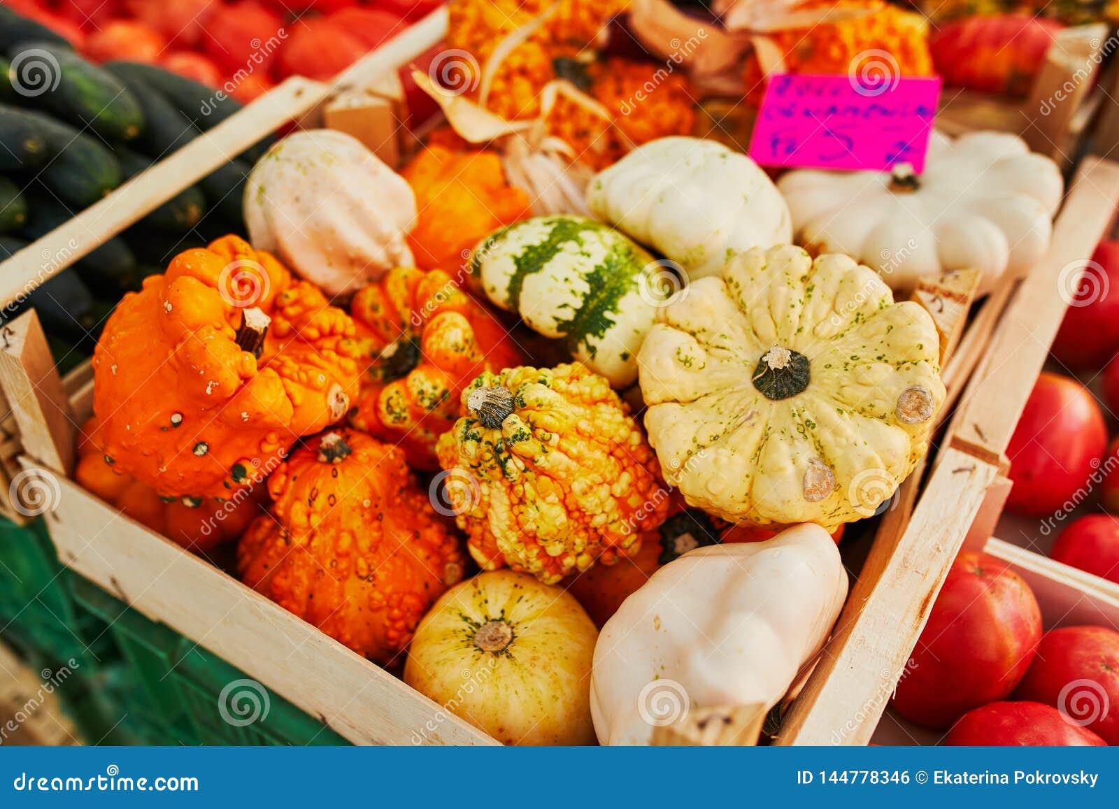 L?gumes et fruits organiques frais sur le march? d agriculteur