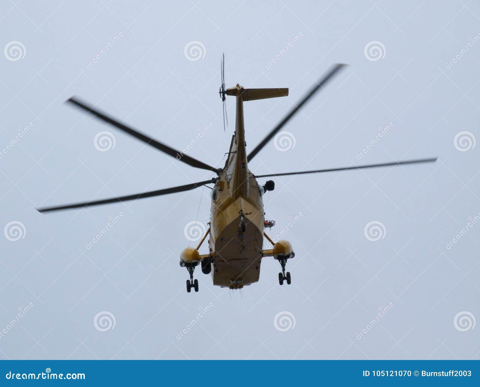 L hélicoptère de Seaking, militaires recherchent et sauvent sur l aérodrome