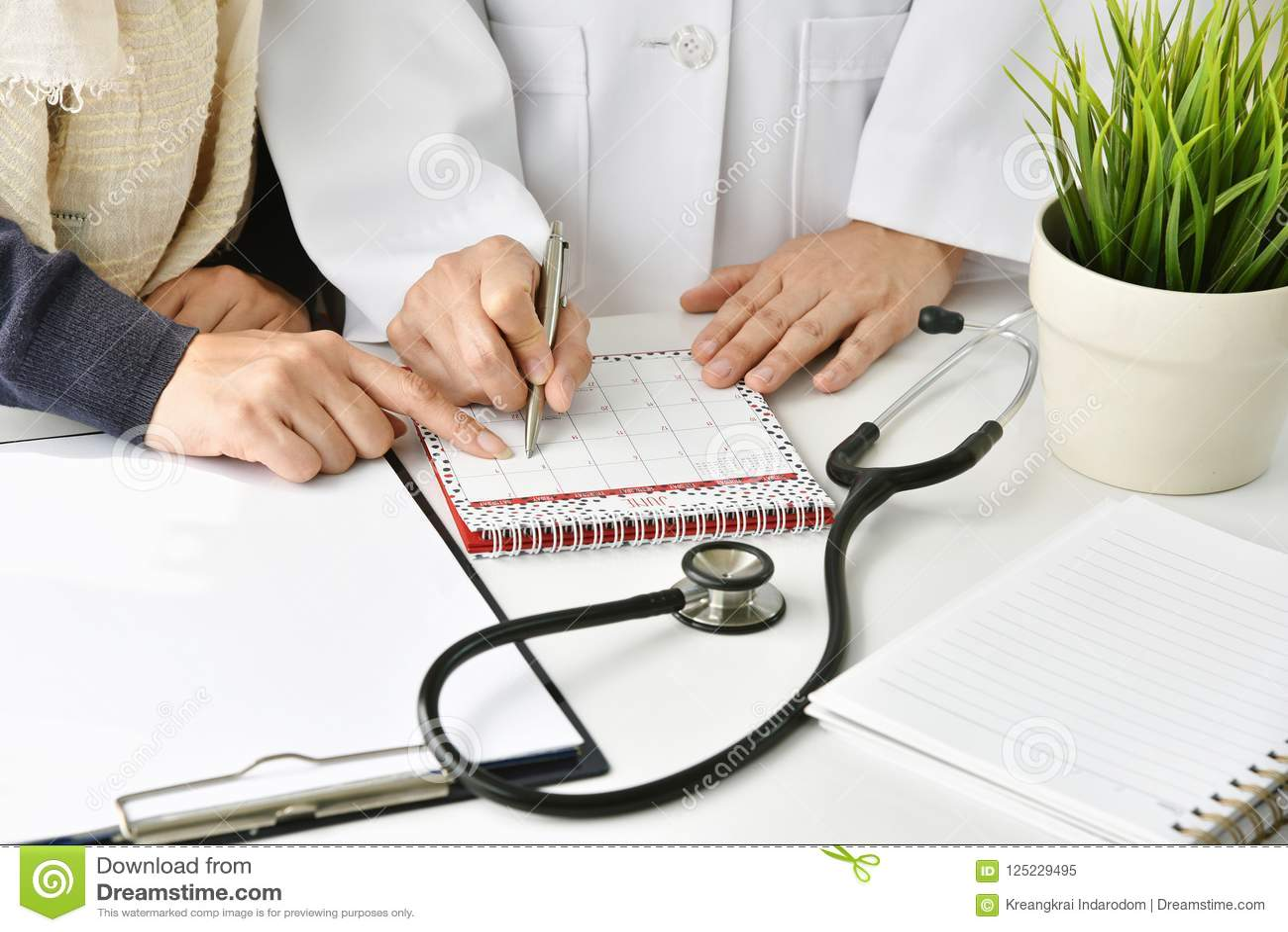 L hôpital et le concept de soins de santé, le docteur et le patient prennent un rendez-vous pour le plan de suivi