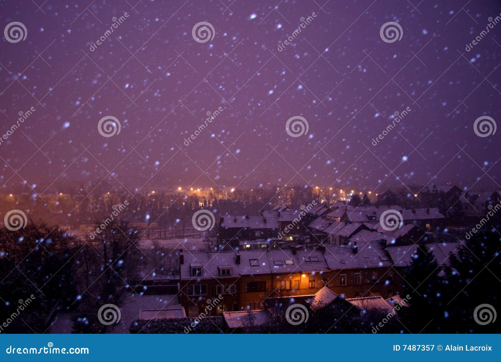 L hiver neigeux de nuit