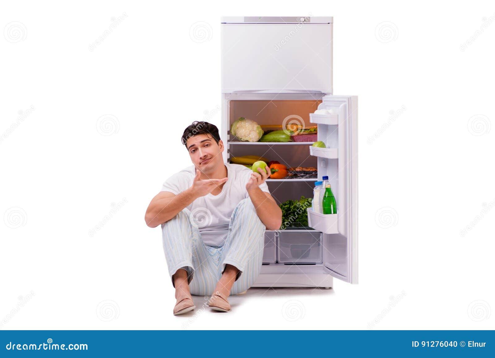 L homme à côté du réfrigérateur complètement de la nourriture
