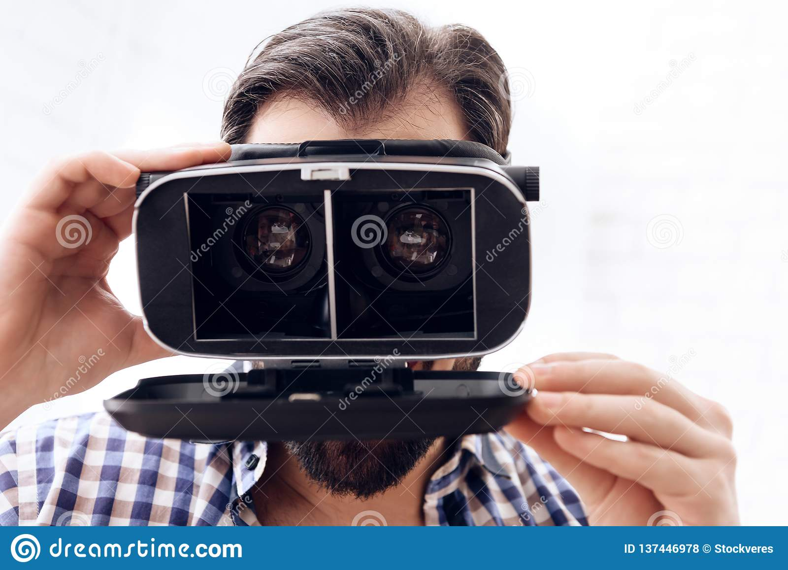 L homme adulte dupe autour employant des verres de réalité virtuelle