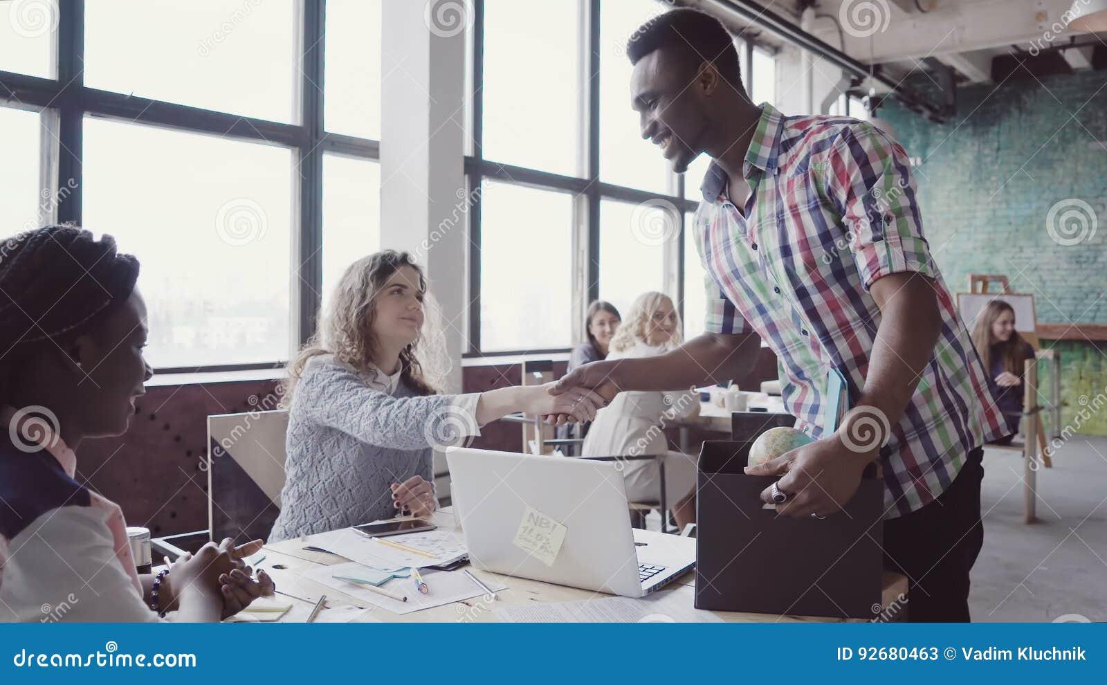 Lhomme africain a récemment loué au nouveau bureau entré dans par