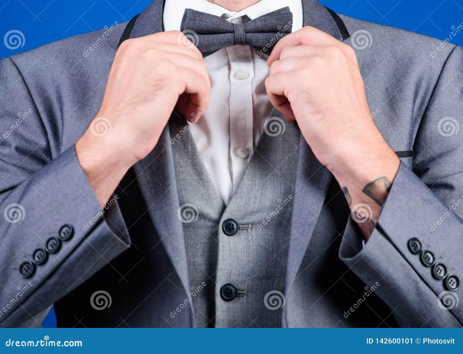 L homme ajustent le costume avec le noeud papillon Fin formelle de veste de costume  Mode et esthétique masculins Équipement form