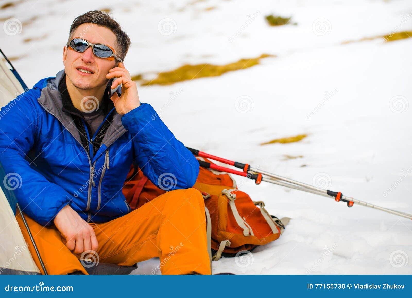 L homme au téléphone tout en voyageant
