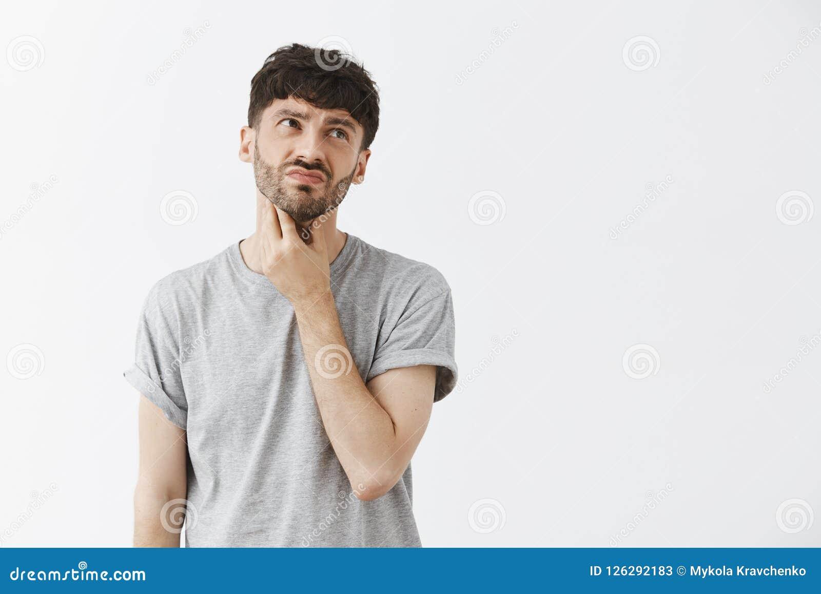 L homme ayant montent malaise et mécontentement de sentiment de gorge après avoir mangé le cou émouvant froid de crème glacée et