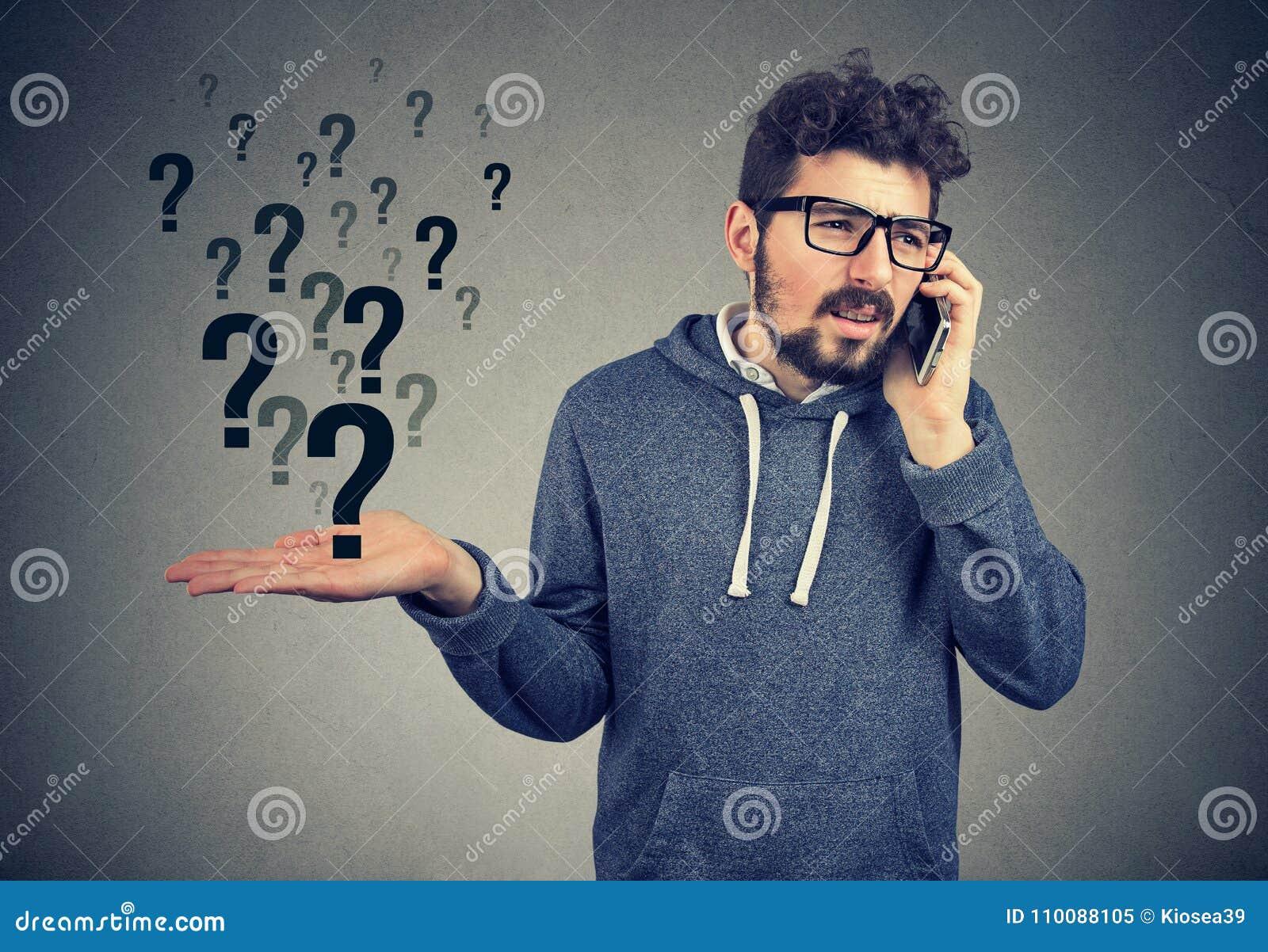 L homme bouleversé parlant au téléphone portable a beaucoup de questions