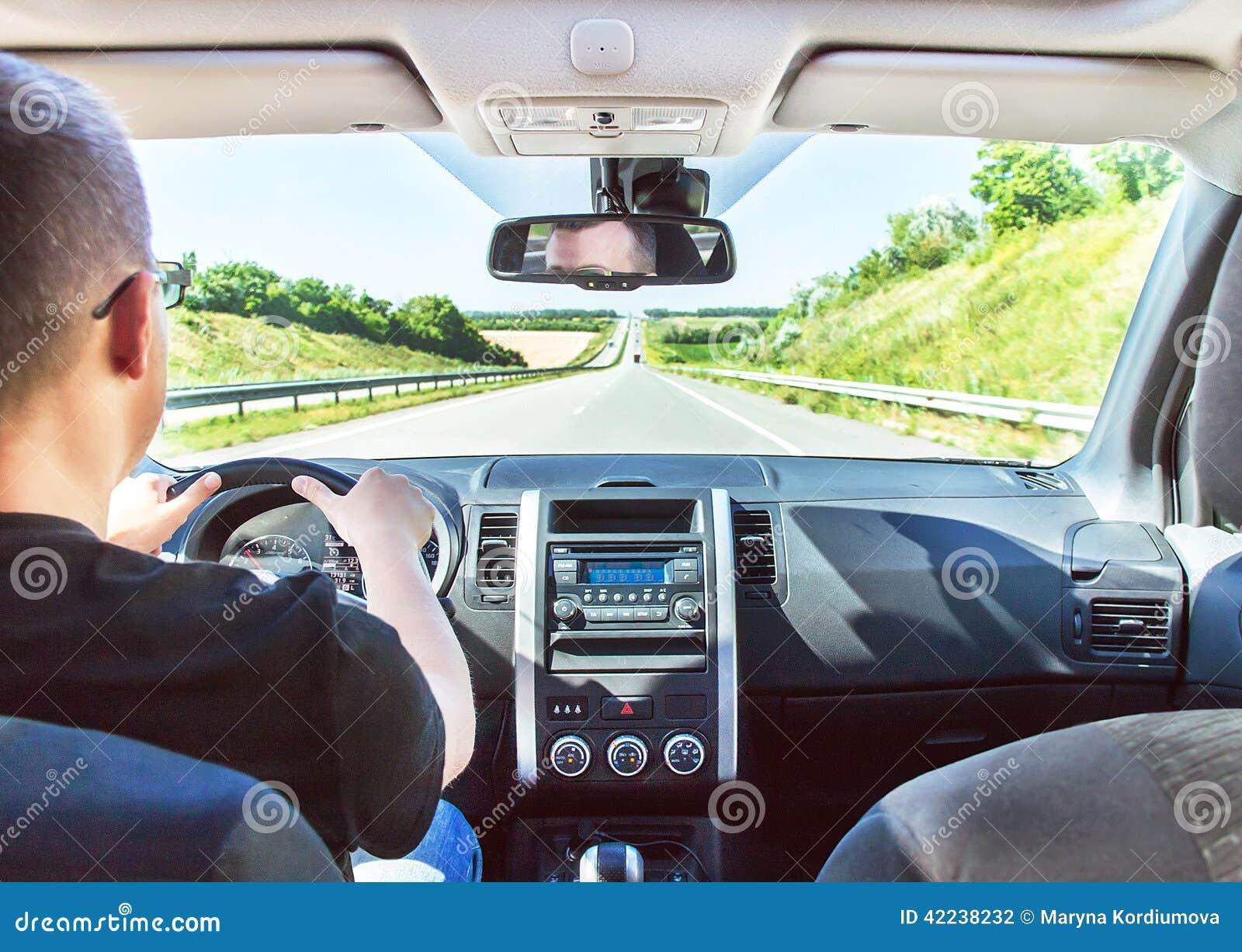 l 39 homme conduit sa voiture avec des mains sur le volant photo stock image 42238232. Black Bedroom Furniture Sets. Home Design Ideas