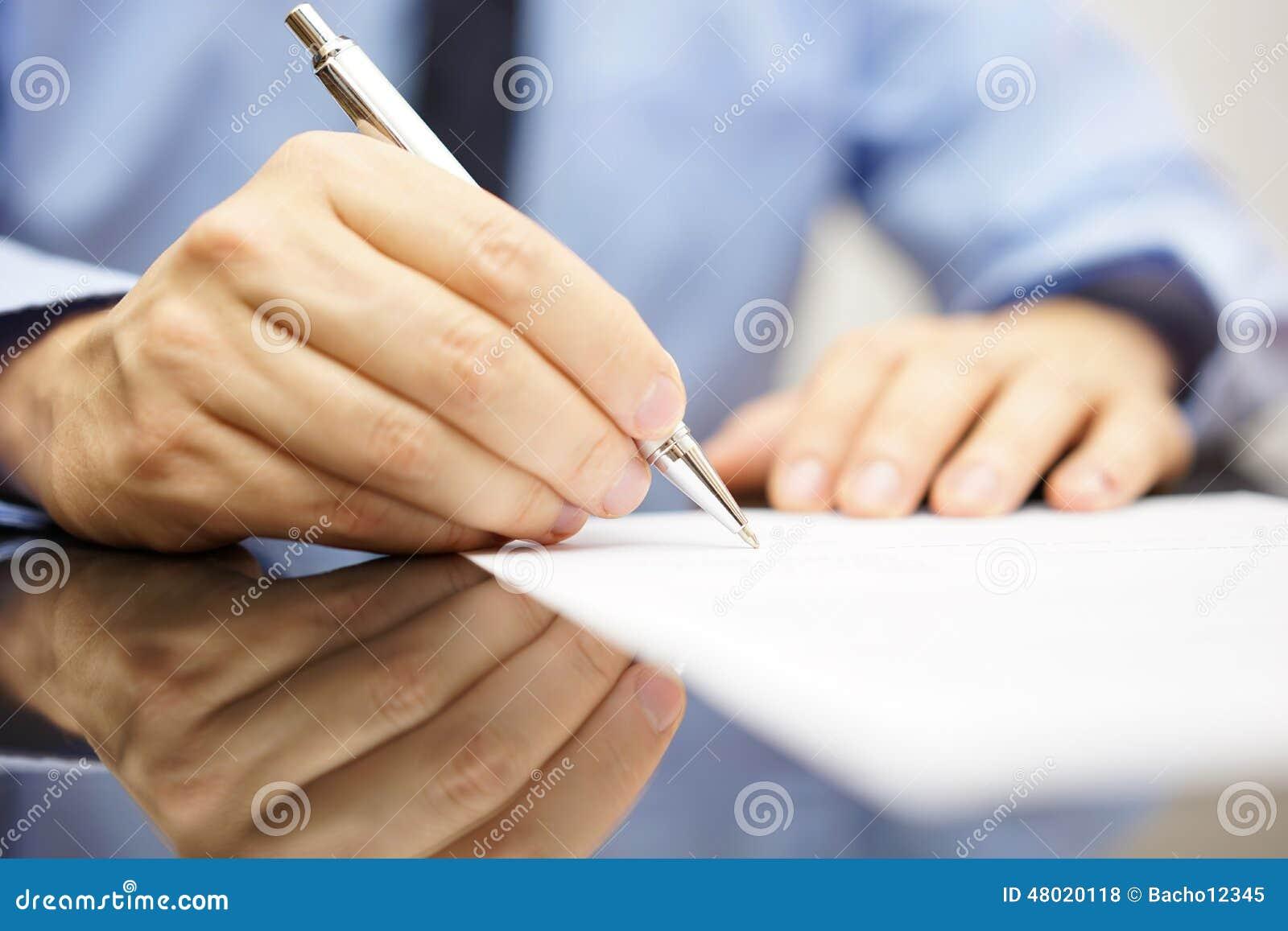 l 39 homme d 39 affaires crit une lettre ou signe un accord photo stock image 48020118. Black Bedroom Furniture Sets. Home Design Ideas