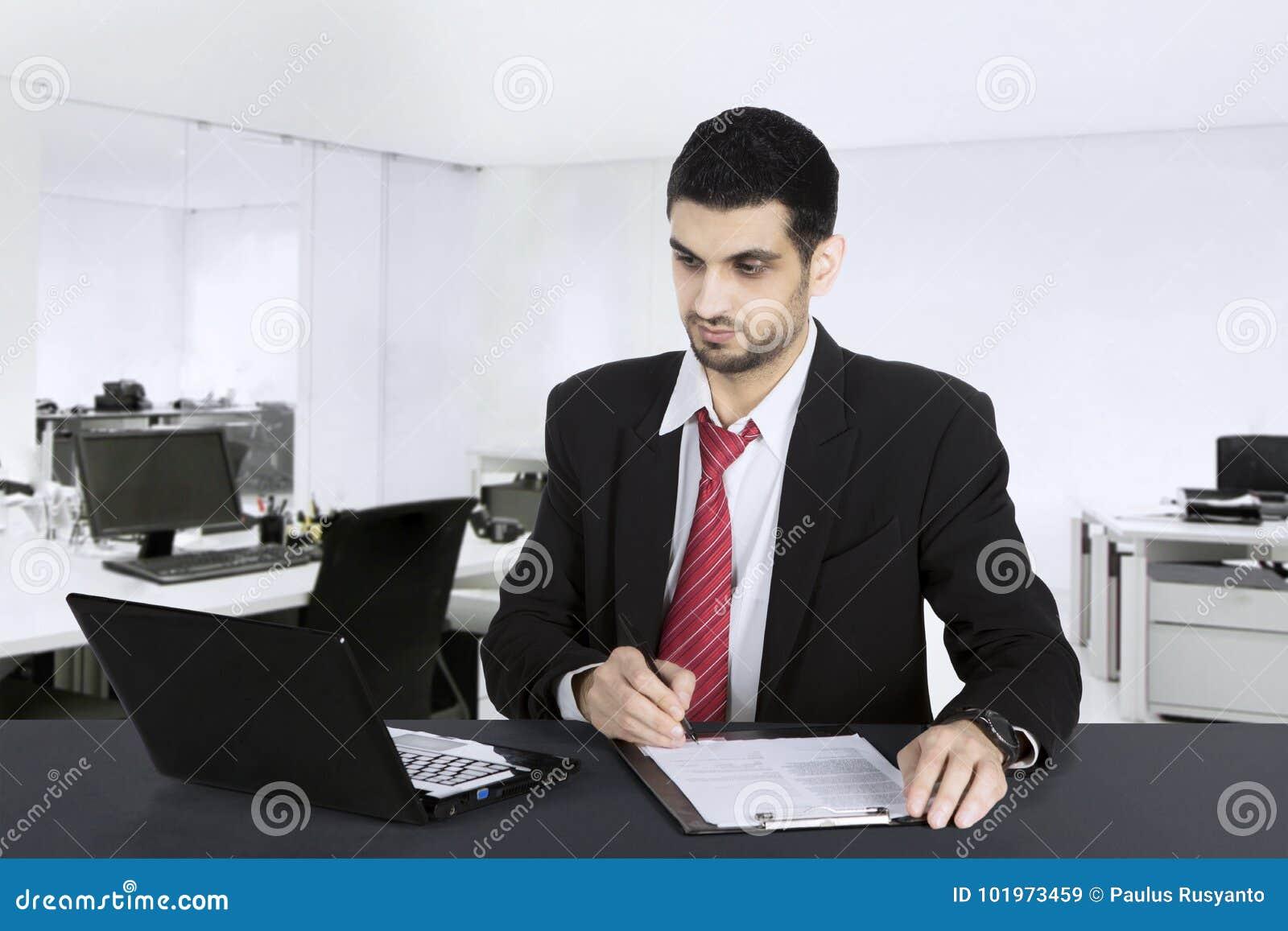 L homme d affaires arabe bel travaille dans le bureau image stock