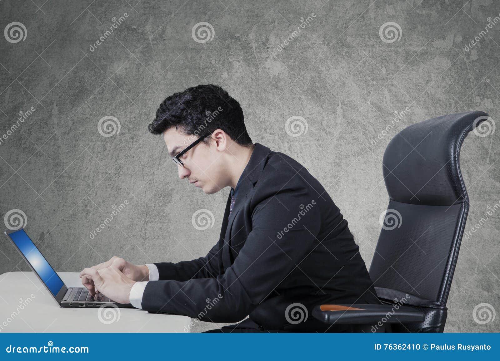 L homme d affaires arabe utilise l ordinateur portable sur le