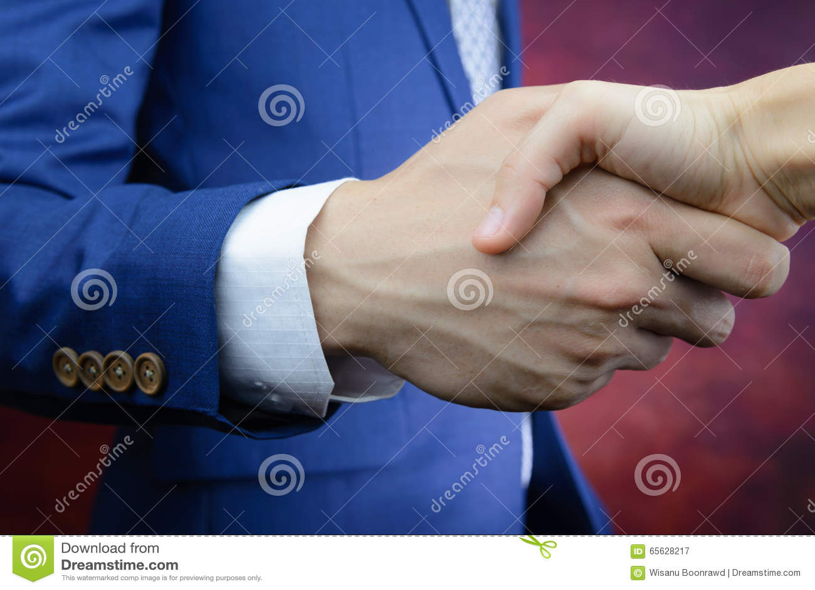 L homme d affaires atteignant la main, se serrent la main, accord d affaire