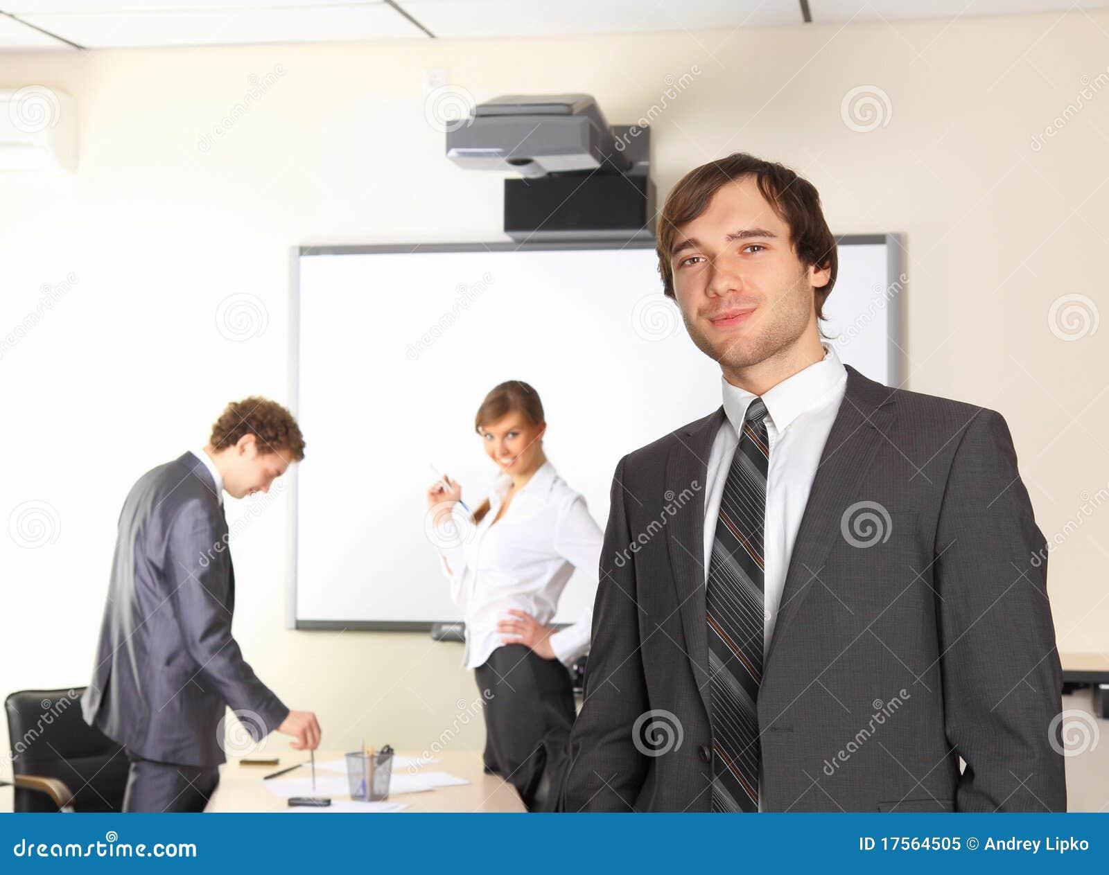 L homme d affaires avec l équipe accouple discuter au CCB