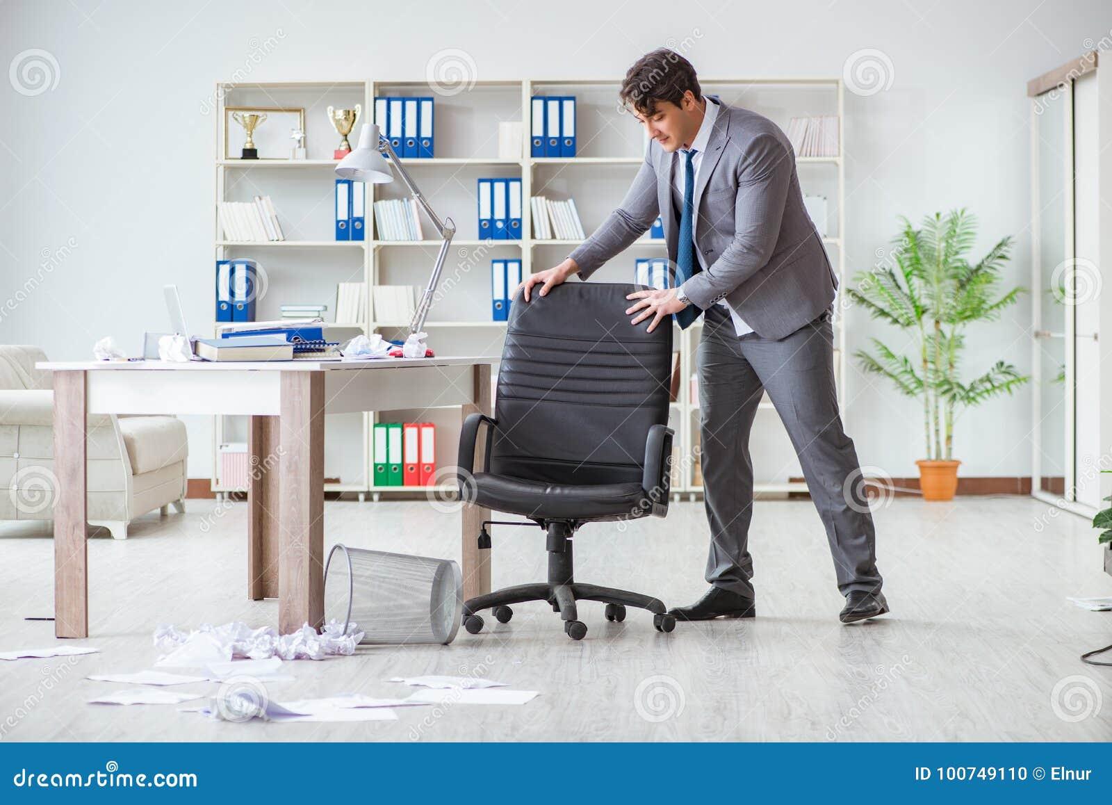 L homme d affaires ayant l amusement faisant une pause dans le bureau au travail