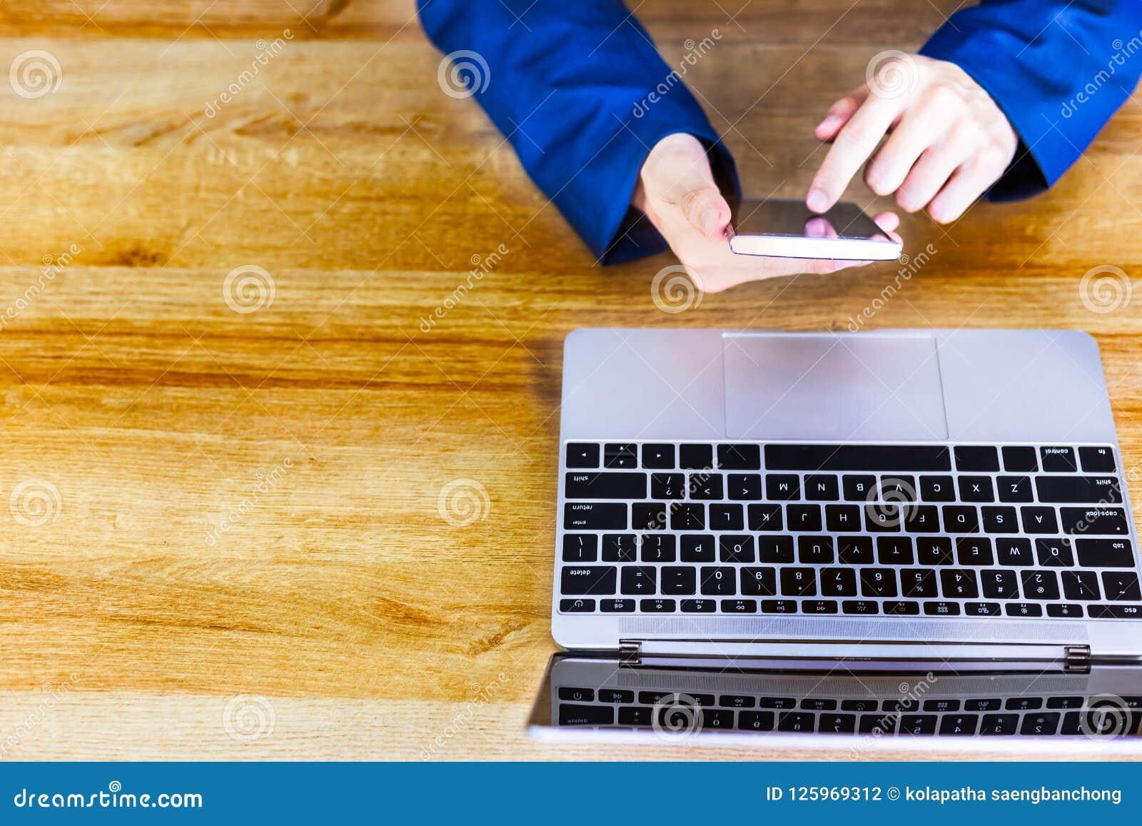 L homme d affaires bel attirant utilise le téléphone intelligent pour le travail