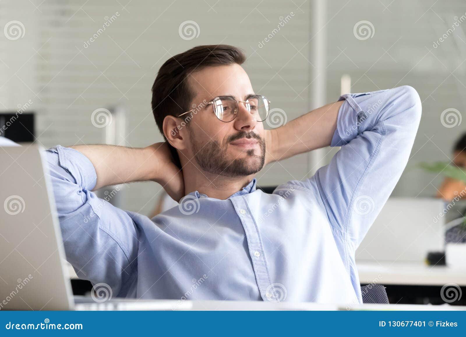 L homme d affaires détendu faisant la pause tenant des mains derrière la tête apprécient