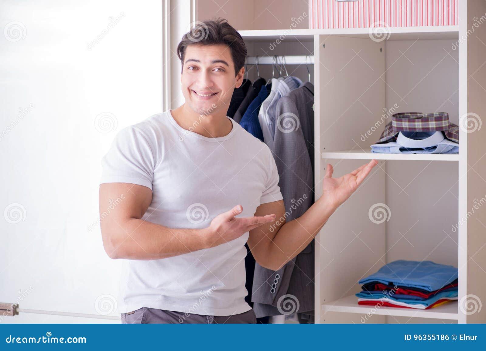 L homme d affaires de jeune homme obtenant habillé pour le travail