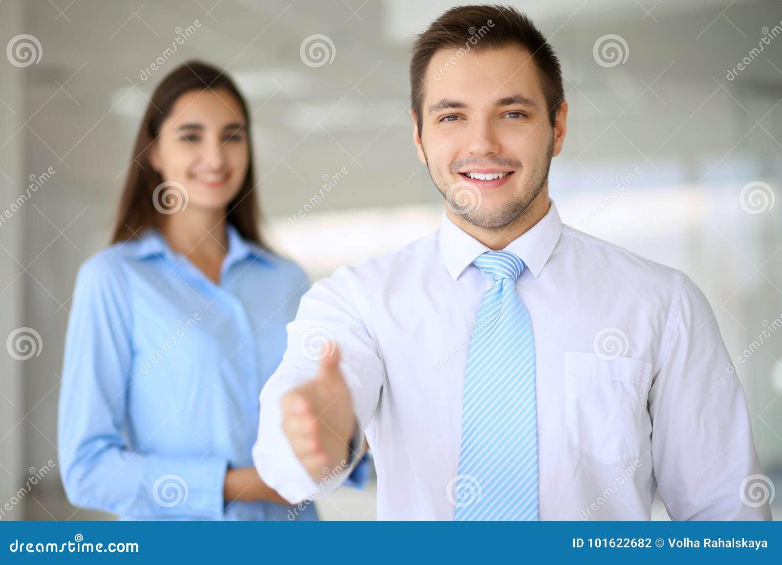 L homme d affaires de sourire dans le bureau est prêt pour se serrer la main