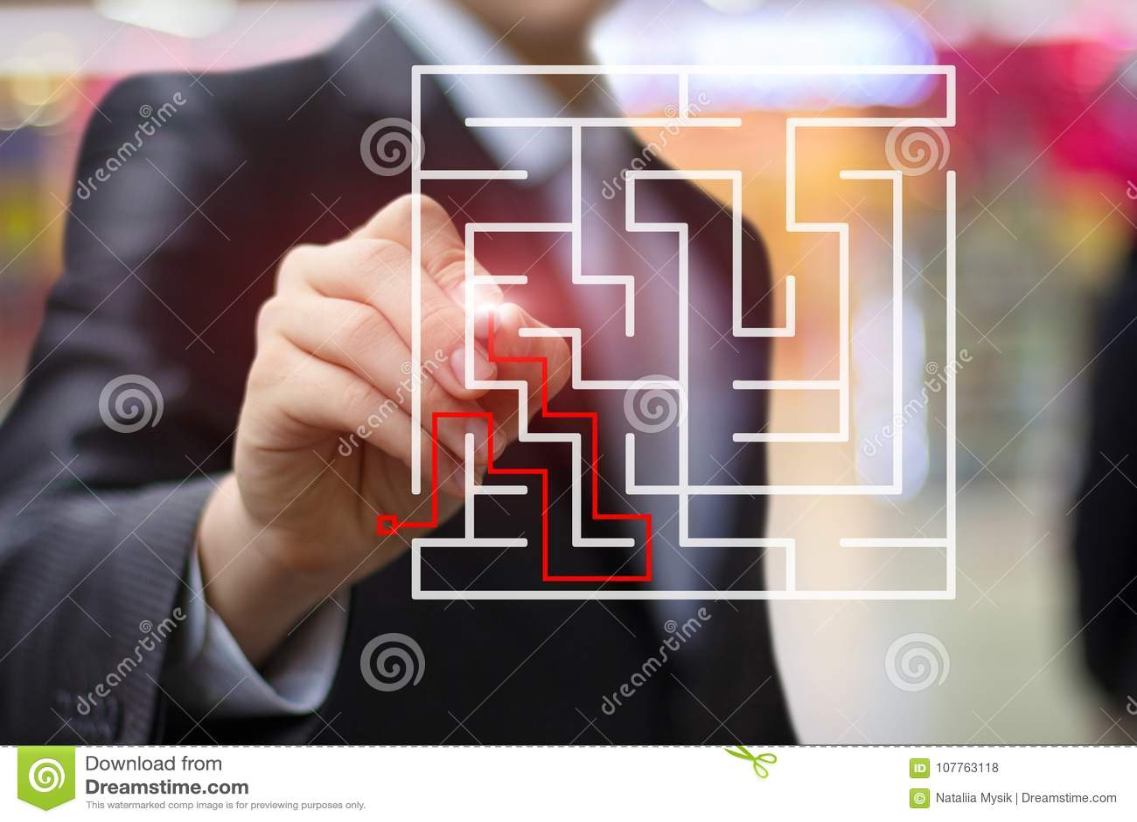 L homme d affaires dessine la solution au labyrinthe