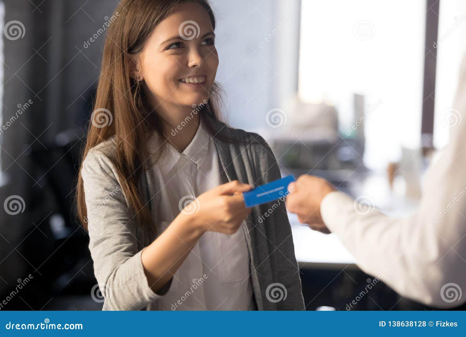L homme d affaires donnent la carte de visite professionnelle de visite à l employé féminin enthousiaste